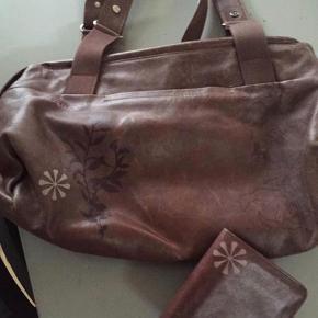 Varetype: Skuldertaske Størrelse: Mellem Farve: Brun  Flot taske med tilhørende pung
