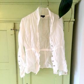 Fineste hvide/hvid skjorte fra Bitte Kai Rand med perlemor knapper. Aldrig brugt. Str 38 Købspris var 1200