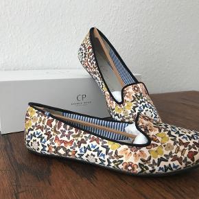 Fine loafers med sommerfugleprint fra Charles Philip. Næsten ikke brugt.