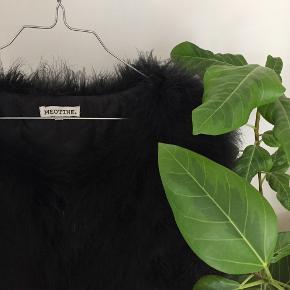 Meotine jakke lavet af strudsefjer str. M/L i sort 🌚  Byd gerne kan enten afhentes i Århus C eller sendes på købers regning 📮💌