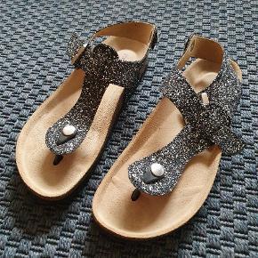 Super fine sandaler som jeg bare aldrig får brugt. Prøvet på, men aldrig brugt. Størrelsessvarende 😊  Forsendelse koster 37 kr på købers regning.