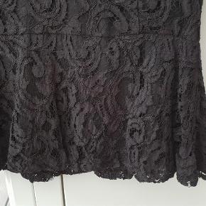 Brand: Stockh LM Varetype: Blonde Bluse Farve: Sort Oprindelig købspris: 499 kr.  Lynlås helt igennem på ryg.