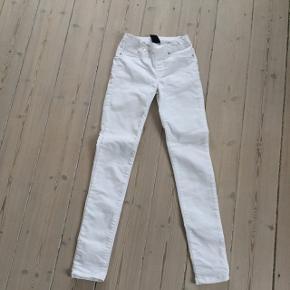 Fine hvide bukser, slim model i str. 10 fra Mono