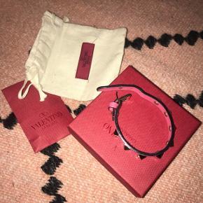 Pink armbånd fra ValentinoNypris 1190 kr.  Har dustbag, æske og reserve nitter