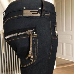 Den flotte jeans fra Diesel model Clush i limited edition.  Aldrig brugte.  Str 28/ medium.  Byttes ikke.
