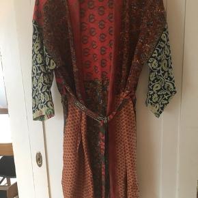 Kimono str M/L. Dog kan den også godt bruges af en kvinde som bruger str 36.  Kimonoen er blevet syet bagpå, men det er ikke noget særligt man ligger mærke til (se billeder)  Kimono kun brugt 1 gang.