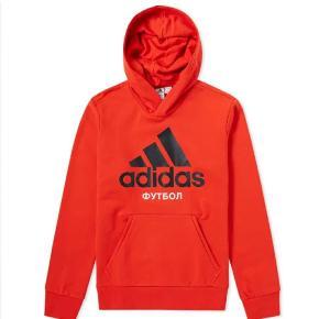 Gosha Rubchinskiy x Adidas sweatshirt sælges da den ikke bliver brugt. Er vasket to gange og brugt en håndfuld gange, fremstår derfor som næsten ny. Nypris 1000kr Bytter ikke
