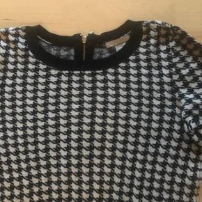 Lille trøje i fin strik med sort og hvide pepitatern og lynlås i guld på bagsiden. Den er en smule lille i str og passer en xs/s. Prisen er fast men fragten kan aftales ved køb af flere ting. Sender med dao efter mobilepaybetaling
