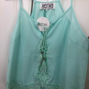 Turkisblå top fra Xenia Boutique.  Mærket er fra Australien, og størrelsen er derfor 10, men det svarer til en medium.   Kom gerne med et bud! :D