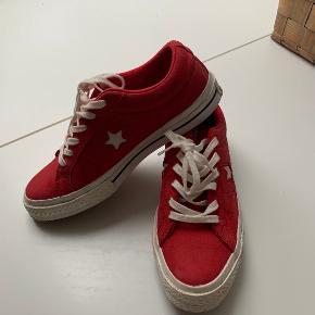 Fine røde converse. De sælges fordi at størrelsen er for lille. Skriv endelig for flere billeder🧚🏼