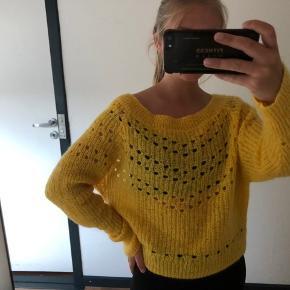 """Sælger denne smukke sweater fra second female, da jeg simpelthen ikke får den brugt nok💛 Der er ingen tydelige former for slid. Man skal være opmærksom på at den er en smule bred ved """"kraven"""" #sundaysellout"""