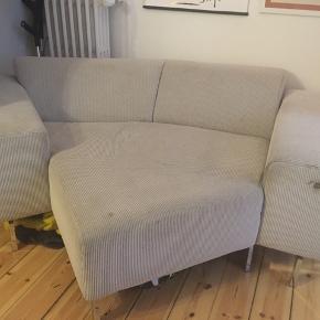 GRATIS SOFA. Asymmetrisk sofa med plads til to. Brugsmærker, som er svære at vaske af, så den er brugt med tæppe over. 205x150 cm