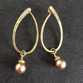 Øreringe med zirkoner og perler - længde ca.6 cm i alt. Længe uden perle ca.4.2 cm Perlen kan tages af og der kan sættes andre vedhæng på. (De har ligget i en æske, men de er desværre blevet lidt mørke nogle steder, men det kan nemt pudses)