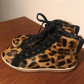 Sneakers med leopardmønster i rigtig god stand.  Kan afhentes i København SV eller sendes (modtager betaler fragt)