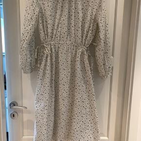 Sælger min skønne kjole, da jeg har købt den for stor 😔 Den er i butikkerne nu. Jeg har haft kjolen på 2 gange.
