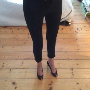 &Denim H&M Skinny ankle regular waist Str 26 Livvidde: 79 cm Indvendig benlængde: 72 cm, ankellange ( på mig er de kortere da jeg er meget høj, 184 cm) Brugt få gange  Sender med DAO, køber betaler porto. Kan evt afhentes hos mig i Kbh K aften/weekend  ved forudbetaling
