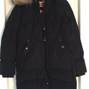 Sælger den lækreste jakke fra Parajumpers i modellen light long Bear. Købt ved Butik Blossom sidste år til 6500,- Jakken er max brugt 5 gange og er som ny. Kommer fra ikke ryger hjem. Kvittering haves på den fine  jakke. Se venligst mine andre annoncer. Køber betaler fragt. Jeg tager IKKE billeder af tøjet på.  BYTTER IKKE!!!  Fast pris!!!
