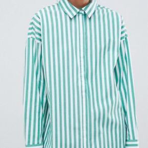 Fed skjorte, lettere oversize fit. Født med et lettere vasket, råt look. Den er mega fed. Været på 4-5 gange og fejler intet