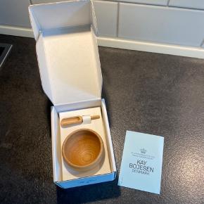 Helt nyt saltkar med ske fra kay Bojesen med kasse.  Kan hentes i tilst eller sendes mod betaling af porto.
