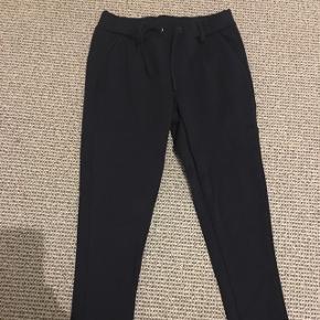 Smarte bukser i str 7 år med justerbar talje.Brugt få gange.  Afh i 6710