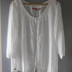Flot og behagelig viscose bluse, fra edc, str. xl. Brugt 2 gange. Brystvidde 116 cm. længde 66 cm.  Bluse Farve: Hvid Oprindelig købspris: 299 kr.