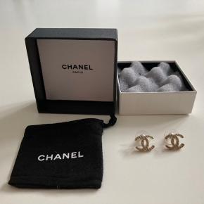Smukke sjældne Chanel CC-øreringe sælges, da jeg ikke får dem brugt. 100% ægte og købt i Chanel butikken i Singapores lufthavn. Mat guld med quiltet effekt i metallet, måler 14 x 11 mm - meget sjælden model! Kommer med original opbevaringspose og æske.   Kvittering haves desværre ikke, men de kommer med en ultrafin indgravering, som er det Chanel selv undersøger efter ved mistanke om fakes, da den er tæt på umulig at efterligne. Jeg står naturligvis 100% inde for ægtheden.  Kan afhentes på Østerbro, i Vedbæk eller sendes med tracking 😊
