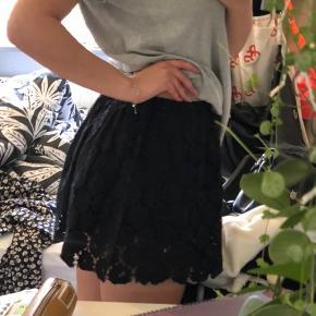 Sort blomstret nederdel fra Sparkz, som aldrig er blevet brugt.