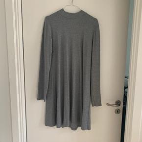 Fin strik kjole, A-form. Fin stand selvom den er brugt flittigt ☺️  Er åben for bud og bytter også gerne. ☺️♻️