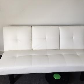 Sælger denne hvide sovesofa som jeg slet ikke har fået brugt. Købte den kun fordi jeg ville have noget til at fylde værelset ud. Jeg har haft en pose eller noget til at stå på sofaen som har smittet en smule af.  I midten er der en smart funktion med at man kan klappe et stykke ned hvor der er 2 kopholdere.  Sender ikke. BYD gerne