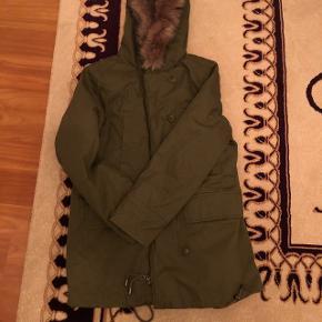 Khaki jakke til det kolde og lune vejr. Str. 44. Aldrig brugt