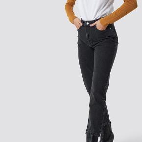 Zara sorte jeans, brugt 5 gange cirka, god stand og ingen huller eller mærker. Størrelse 36. Sælges da de er blevet for små. BYD!