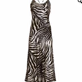 Smuk silkekjole fra Dea Kudibal Zebra print  Aldrig brugt, ny med tag Smuk ryg med flotte detaljer og det lækreste silke