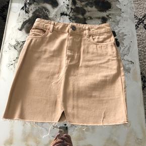 Nederdel fra asos i beige ✨ fremstår som ny. UK 8 /36. Jeg bytter IKKE 🙂