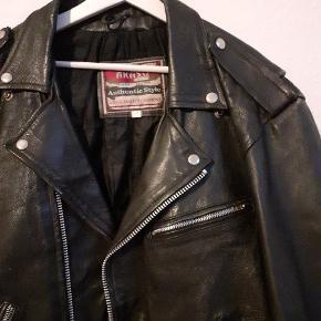 Akaso - vintage 80s biker jakke ÆGTE LÆDER Sort Str. 48 500,- + evt. fragt Oprindeligt lavet i England, betalte 1300 for den i en Vintage butik i London.