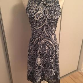 Varetype: Smuk kjole Farve: Blå  Smuk kjole med blondedetalje nederst