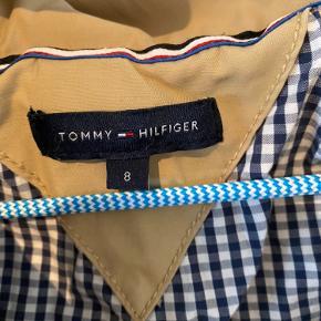 Prisen er fast og ekskl. fragt.  Tommy Hilfiger sommerfrakke str. 8 år. Brugt få gange og fremstår stort set som ny.