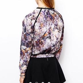 Fin jakke, ligger mellem næsten som ny og god men brugt og har ingen fejl. Bytter ikke og sender med Dao :)