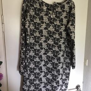 Det er en rigtig fin kjole i lidt retro stof