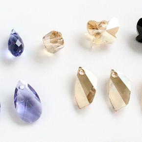 """Helt nye Swarovski krystaller og pavé beads. Kan anvendes som vedhæng til halskæde, armbånd, øreringe osv. eller som lykke sten.  Alle stenene har et hul gennemboret til tråd, wire, snor eller hoops.  1. Runde lilla krystal dråber 8 x 17 mm. 20 kr/stk 2. Swarovski krystal sommerfugle, sort eller champagne, 14 x 18 mm. 20 kr/stk 3. Flade lilla krystal dråber, 14 x 22 mm. 25 kr/stk 4. Krystal vedhæng, champagne eller turkis, 12 x 22 mm. 25 kr/stk 5. Krystal vedhæng """"tand"""", champagne, 12 x 30 mm. 25 kr/stk 6. Stor krystal vedhæng 22 x 42 mm. 55 kr/stk 7. Stor krystal vedhæng """"tand"""", champagne, 50 mm. 55 kr/stk 8. Stor aflang krystal vedhæng, champagne, 48 mm. 55 kr/stk 9. Swarovski pavé beads, 9 mm og med 4 mm stort hul. 40 kr/stk  Kan sendes med sporbar post til 36 kr eller afhentes på Amager nær Amagerbro metro."""