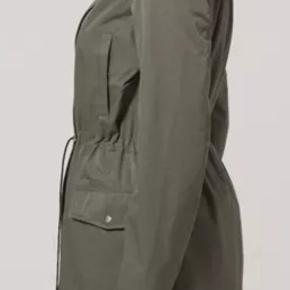 Den smukkeste sommer-/overgangsjakke med elastik i ærmer samt snører i hætte og talje. Brugt 5-6 gange og i super flot stand.