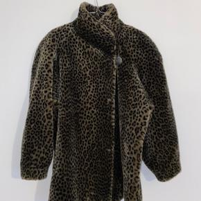 Vintage leopard faux fur jakke med assymetrisk lukning, lommer og skulderpuder. Fitter S-L. Dejlig blød og varm.