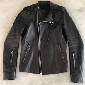 Rick Owens læderjakke købt i deres flagship store i New York. Nypris 16000 kr, brugt få gange. Str. 48