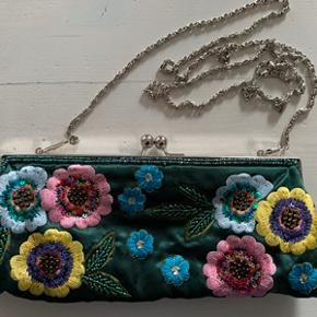 Fin lille vintage taske i stof med broderi og perler. Tasken er i meget fin stand. Fra ikke ryger hjem. Kjolen fra Desigual str. M er også til salg, spørg ved interesse.