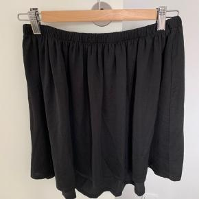 Fin nederdel i sort med shine fra Moss Copenhagen sælges. Jeg sælger også denne i mørkeblå :)