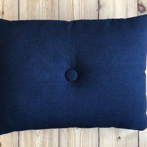 To mørkeblå sofapuder fra Hay sælges.  De er som nye. 150,- pr. stk.