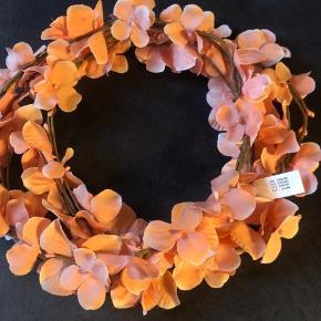 Fine blomsterkranse til håret i orange og hvid. Rigtig god til udklædning. De tre orange koster 50 kr. stykket og de to hvide koster 20 kr. stykket.
