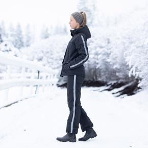 Brugt under 5 gange, vasket en enkelt gang. Virker upåklageligt, ingen fejl eller mangler. Fuldskind er intakt 👍🏼.   Str. Medium   Vælg disse kraftige vinterridebukser, hvis du skal holde varmen i ekstrem kulde.  Varm, kraftig og blød parka-lignende foring vil gøre rideturen i kulde til en sjov fornøjelse. Disse vinterridebukser med fuldskind og stilig reflekterende piping ser godt ud, og er ekstremt komfortable i vinterkulden. De aftagelige seler holder bukserne på plads og lynlåse i siderne gør det let at tage dem af og på. Det vandafvisende, tykke og polstrede tekstil holder vandet ude og varmen inde.   Egenskaber:  Vinterridebukser til herrer og damer. Fuldskind. Vandafvisende. Tyk, varm foring. Blød fleeceforet linning. Aftagelige seler. Reflekterende tape for synlighed. Lynlås i hele benets længde. 2 sidelommer med lynlås.  Teknisk beskrivelse: Materiale: 100 % polyamid.   Vaskeanvisning: Maskinvask på vrangen ved 40 grader. Må ikke tørretumbles. Brug ikke skyllemiddel.  Jeg glæder mig til at handle med dig! ☺️  Tag også gerne et kig på mine andre annoncer. ☺️