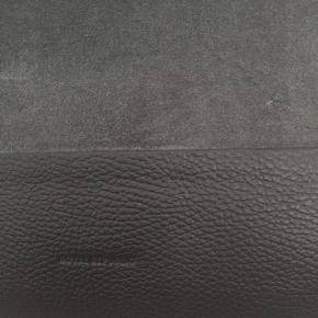 Taske fra Royal Republic i grå ruskind og læder.  Aldrig brugt. Nypris 1200kr.  Kom med bud! Måler ca 40,5x34,5 cm, meget rummelig Rem medfølger så den kan bruges som crossbody. Plads til computer. Køber betaler porto, kan sende med DAO. Sletter annoncen når varen er solgt