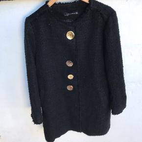 Dejlig jakke.   Du skal flytte en knap, da der mangler en midt på.  Den er brugt, men stadig fin.  Der af prisen.  Fra skulder og ned 84 cm Bryst lukket 53 cm