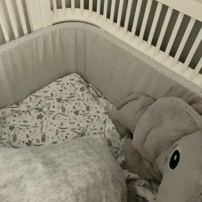 """Rigtig fin sengerand fra Camcam i farven: Grey Wave. Stået i seng 12 mdr hvoraf den er """"brugt"""" i 6 mdr. Er i super stand😊"""